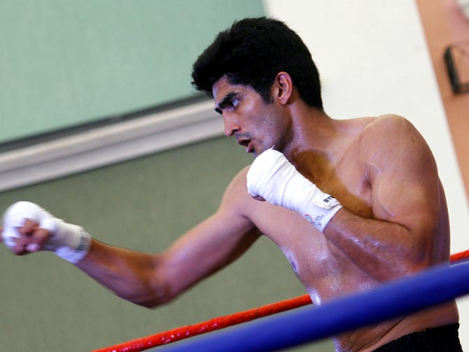 Rediff Sports - Cricket, Indian hockey, Tennis, Football, Chess, Golf - Vijender accepts Amir Khan's challenge to fight in India