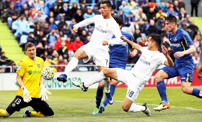 Rediff Sports - Cricket, Indian hockey, Tennis, Football, Chess, Golf - Footballers of the weekend: Ronaldo, Lewandowski sizzle in Europe
