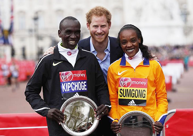 Rediff Sports - Cricket, Indian hockey, Tennis, Football, Chess, Golf - Brilliant Kipchoge and brave Sumgong light up London Marathon