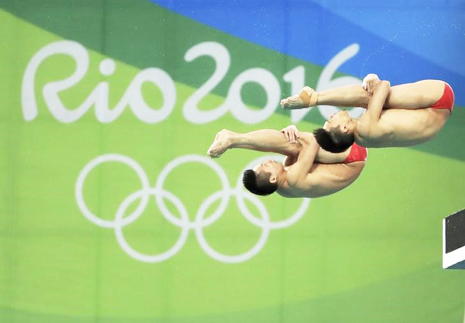 China's Chen Aisen and Lin Yue compete in the final of the men's Synchronised 10m Platform at the Maria Lenk Aquatics Centre in Rio de Janeiro on Monday