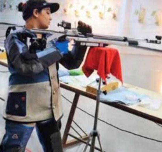 Rediff Sports - Cricket, Indian hockey, Tennis, Football, Chess, Golf - WATCH! Auto rickshaw driver gifts shooter-daughter Rs 5 lakh gun