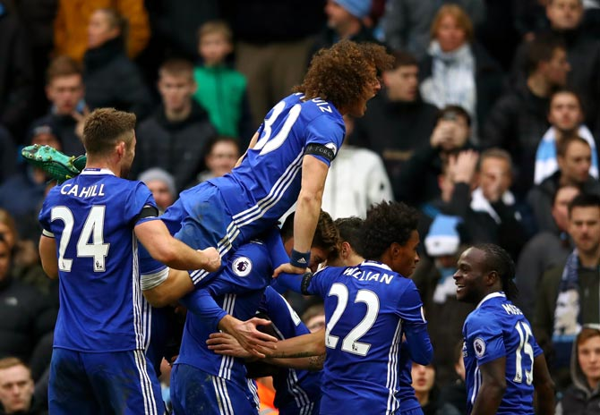 Mourinho admits its Chelsea's title to lose