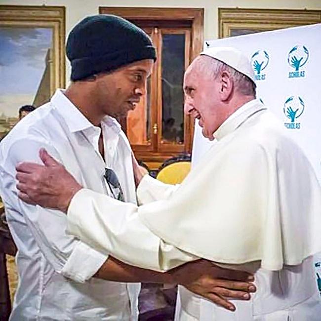 PHOTOS: Football fan Pope Francis meets Ronaldinho