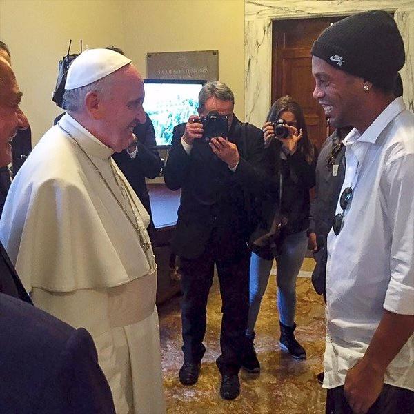 Rediff Sports - Cricket, Indian hockey, Tennis, Football, Chess, Golf - PHOTOS: Football fan Pope Francis meets Ronaldinho