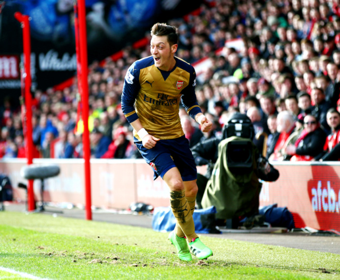 Rediff Sports - Cricket, Indian hockey, Tennis, Football, Chess, Golf - Arsenal back in EPL title race with win at Bournemouth
