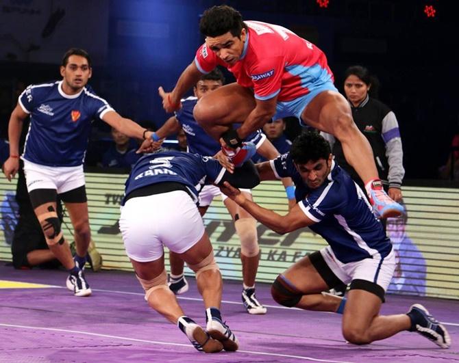 Rediff Sports - Cricket, Indian hockey, Tennis, Football, Chess, Golf - PIX: Junior Bachchan enjoys kabaddi match with wife and daughter