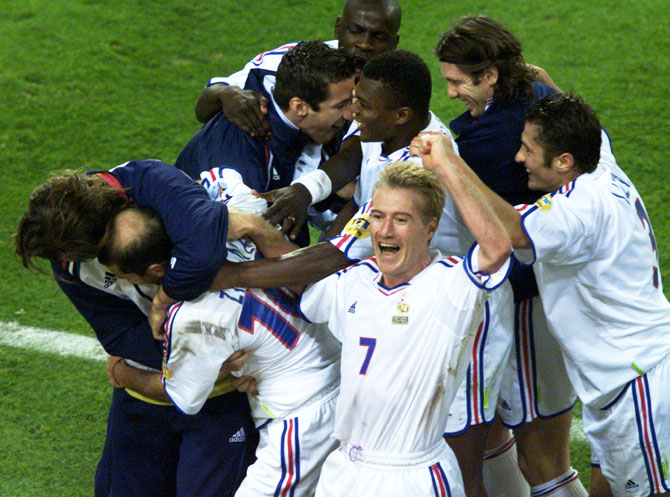 French team captain Didier Deschamps (7) celebrates with teammates after victory against Portugal in their European Championship semi-final match in Brussels June 28, 2000