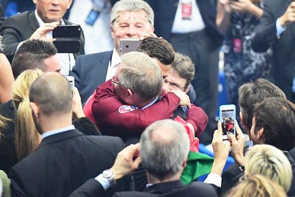 Rediff Sports - Cricket, Indian hockey, Tennis, Football, Chess, Golf - Ronaldo celebrates Euro win with Ferguson