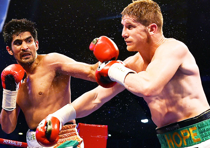 Vijender Singh attempts a jabs on Kerry Hope