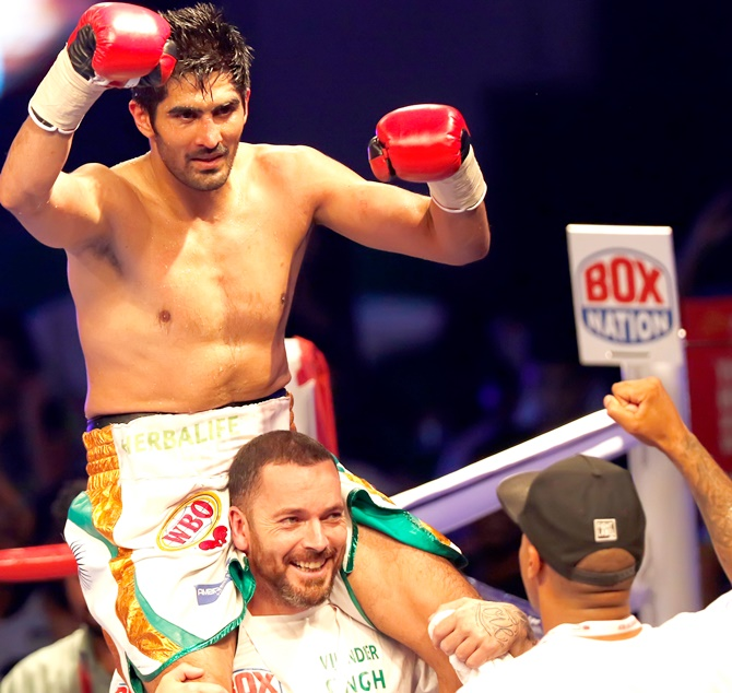Vijender Singh celebrates with his team after beating Kerry Hope
