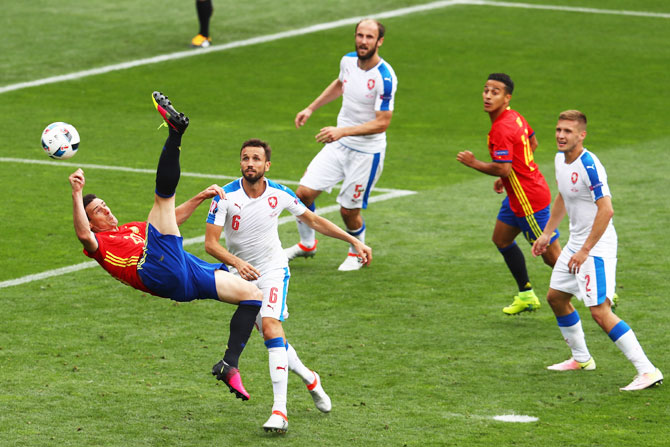Spain's Aritz Aduriz attempts an overhead kick as Czech players watch on Monday