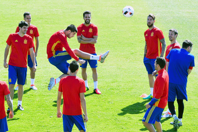 Rediff Sports - Cricket, Indian hockey, Tennis, Football, Chess, Golf - Euro: Mouth-watering clash of styles as Spain take on Italy