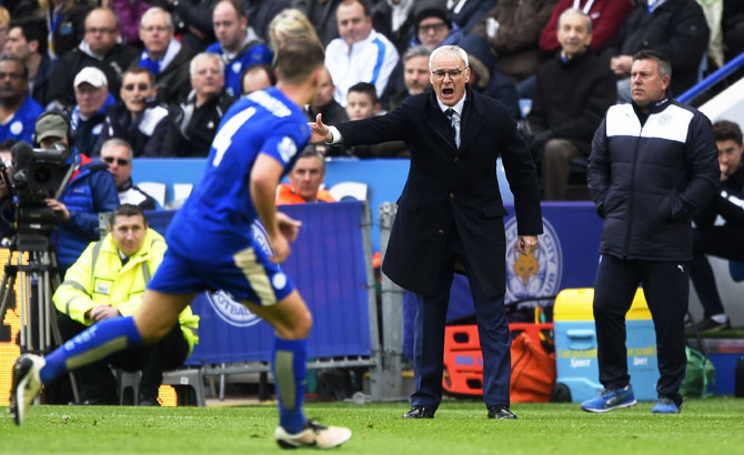 Leicester City manager Claudio Ranieri shouts out instructions