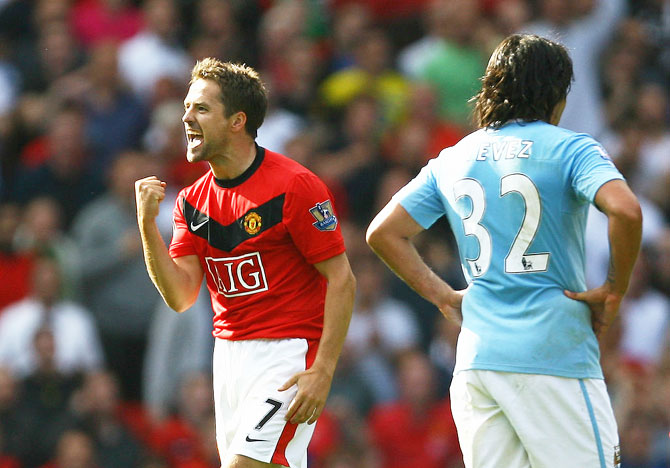 Manchester United's Michael Owen celebrates scoring the winning goal in injury time during English the Premier League match against Manchester City at Old Trafford in Manchester on September 20, 2009