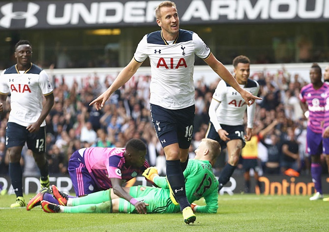 EPL PHOTOS: Tottenham's Kane sinks Sunderland then stretchered off