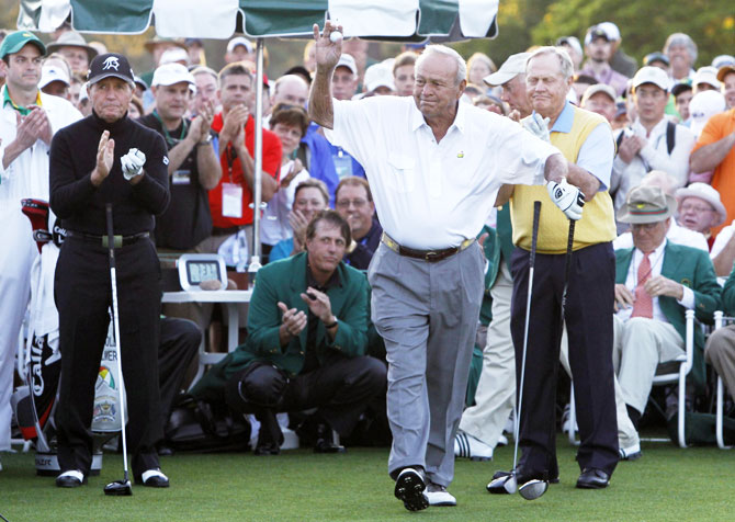 Former champion Arnold Palmer of the US hits from a sand trap during the annual Masters Par 3 golf tournament at the Augusta National Golf Club in Augusta, Georgia, April 9, 2008