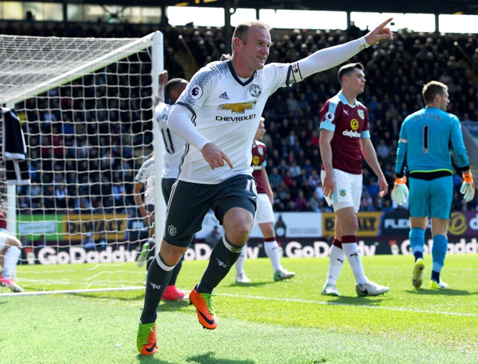 EPL: Rooney scores on return as United close in on City