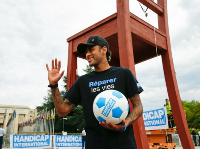 Rediff Sports - Cricket, Indian hockey, Tennis, Football, Chess, Golf - Another feather in Neymar's cap