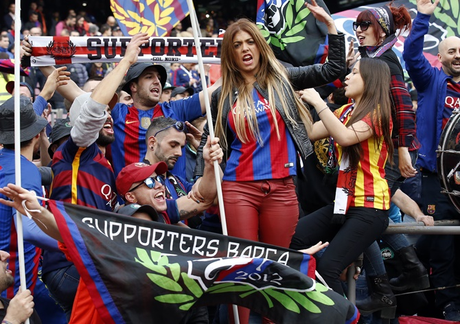 Barca fans boo coach but players rally behind him