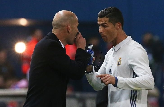 Real Madrid's Cristiano Ronaldo and Real Madrid coach Zinedine Zidane speak