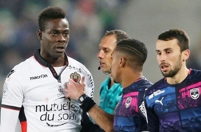 Nice's Mario Balotelli (left) reacts after being carded by the referee during his match against Girondins Bordeaux on December 21, 2016