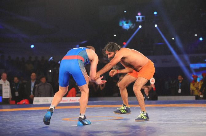 Rediff Sports - Cricket, Indian hockey, Tennis, Football, Chess, Golf - Baba Ramdev takes on Olympic medallist in 'dangal'