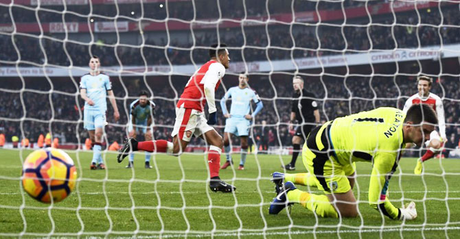 EPL PHOTOS: Ten-man Arsenal win thriller; Chelsea stretch lead