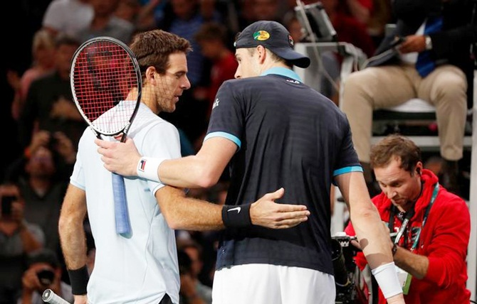 Juan Martin del Potro congratulates John Isner after their quarter-final match