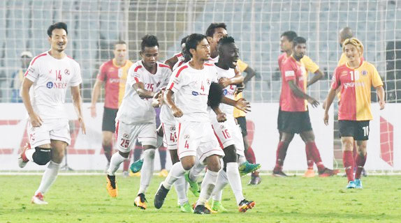 Rediff Sports - Cricket, Indian hockey, Tennis, Football, Chess, Golf - Football Briefs: East Bengal drop points after Aizawl shock win
