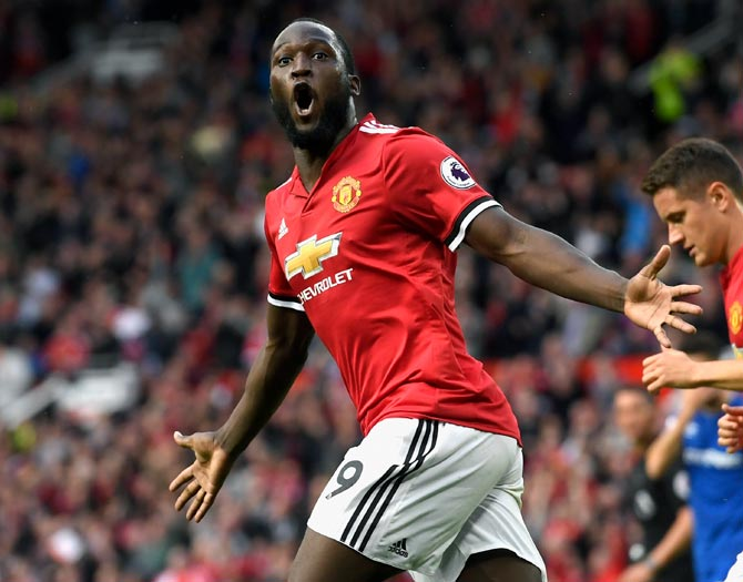 Manchester Utd thrash Everton, Arsenal hold Chelsea goalless