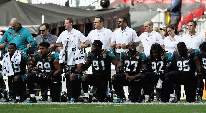 Rediff Sports - Cricket, Indian hockey, Tennis, Football, Chess, Golf - PHOTOS: NFL players defy Trump; link arms in solidarity