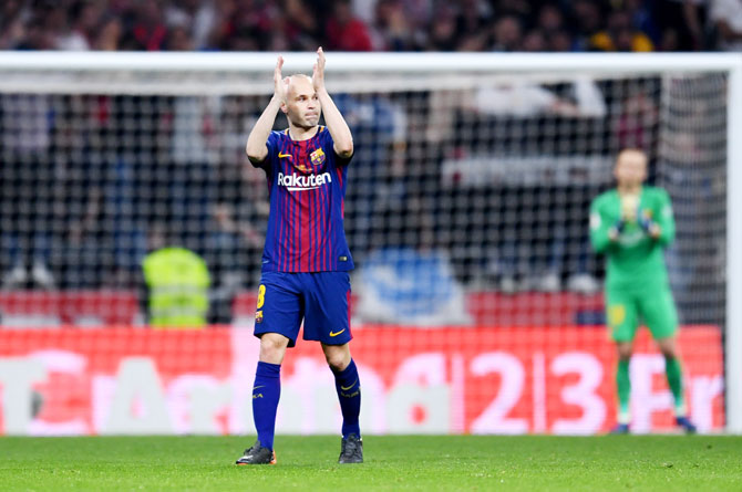 Barcelona's Andrés Iniesta applauds the fans as he is subbed off in his last ever King's Cup final against Sevilla at Wanda Metropolitano on Sunday, April 21