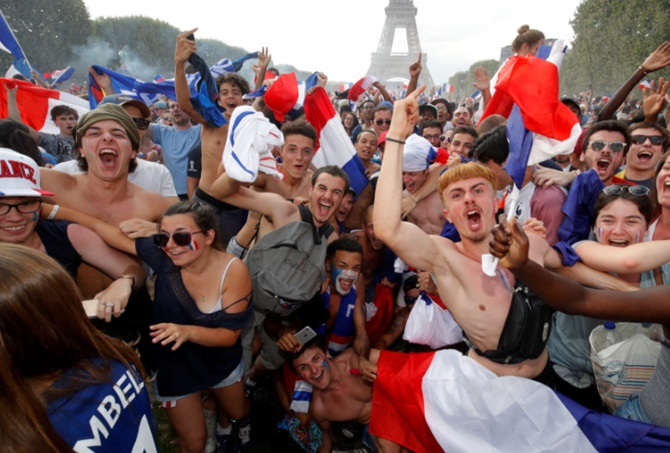 Rediff Sports - Cricket, Indian hockey, Tennis, Football, Chess, Golf - PIX: French fans go wild from Paris to Moscow after World Cup win