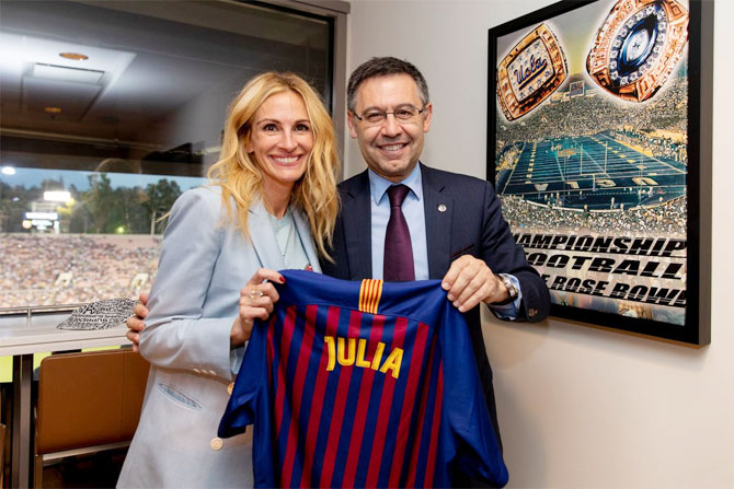 FC Barcelona club president Josep Maria Bartomeu presents Julia Roberts with a personalised jersey