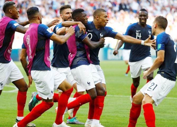 French players celebrate win
