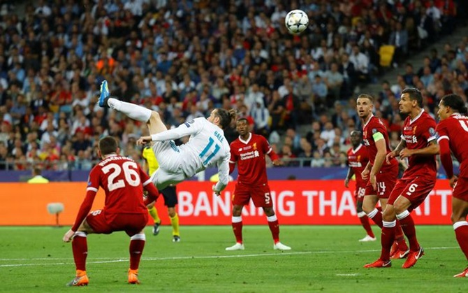 Gareth Bale scores Real Madrid's second goal with a overhead  kick
