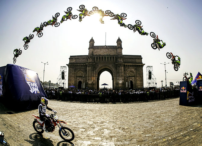 Rediff Sports - Cricket, Indian hockey, Tennis, Football, Chess, Golf - WATCH: Red Bull athletes mesmerise Mumbai with death-defying stunts