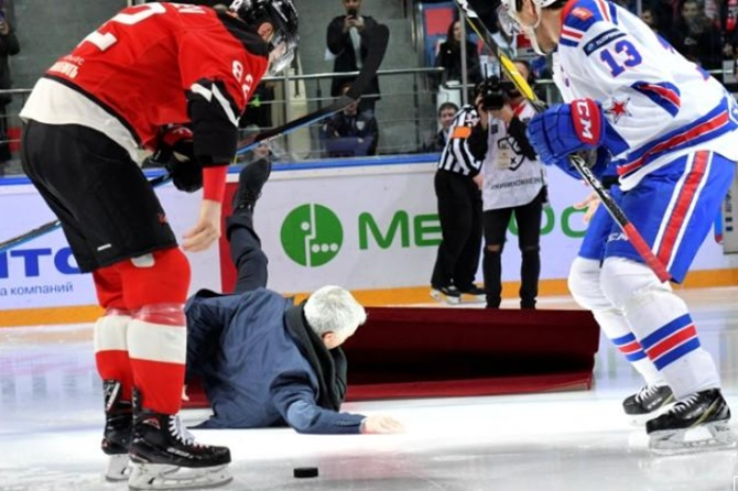 Rediff Sports - Cricket, Indian hockey, Tennis, Football, Chess, Golf - Sports Shorts: Mourinho slips and falls at Russian ice hockey game