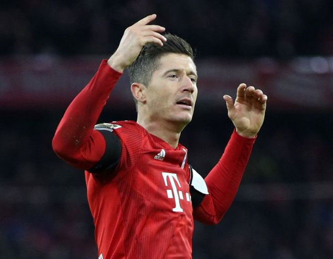 Rediff Sports - Cricket, Indian hockey, Tennis, Football, Chess, Golf - Football Extras: Bayern beat Schalke 3-1 to cut Dortmund lead
