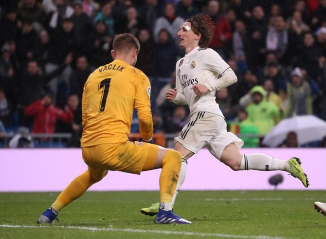 Rediff Sports - Cricket, Indian hockey, Tennis, Football, Chess, Golf - Football Extras: Real Madrid go third with win over Sevilla; PSG hit 9