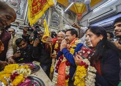 To celebrate win, Kejriwal visits Hanuman mandir