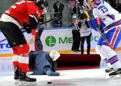 Sports Shorts: Mourinho slips and falls at Russian ice hockey game