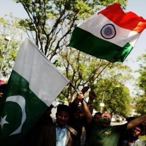 Pak man sings Indian national anthem at Indo-Pak match