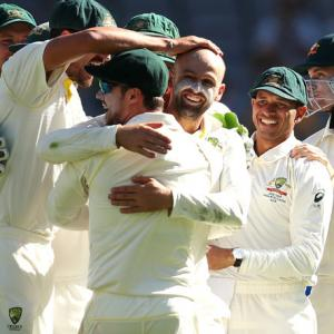 India's batsmen flop as Australia inch closer to win
