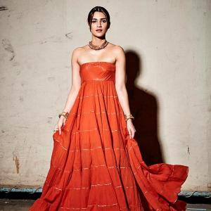 Stunning! Kriti flaunts shoulders in strapless gown