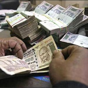Rupee plummets to fresh 1-yr low vs USD