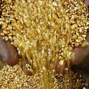 Gold hits over 3-week high on global cues, jewellers buying