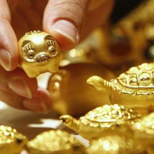 Gold prices tumble Rs 548 tracking tepid global trends