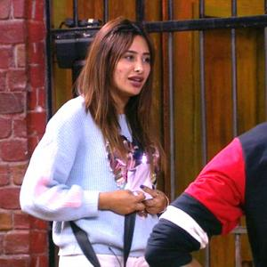 Bigg Boss 13: Rashami turns joker!
