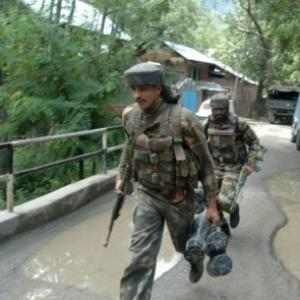 4 policemen among 6 injured in suspected militant attack in Kashmir
